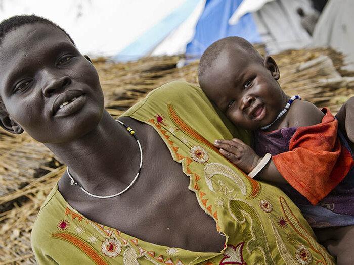 en mor med sitt barn