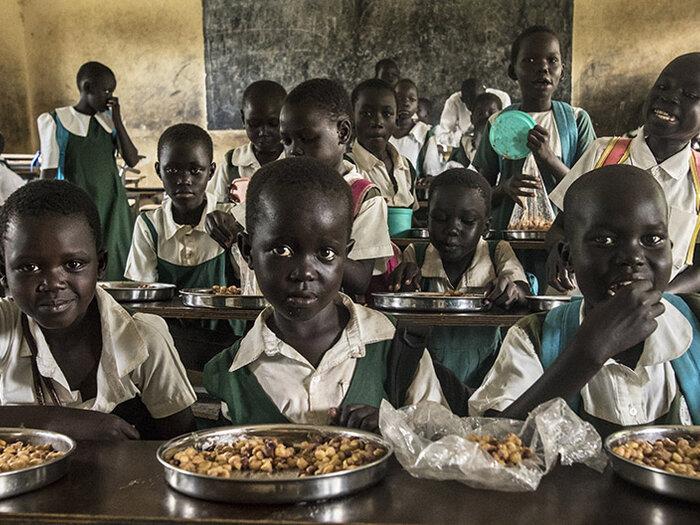 Barn som äter skollunch.