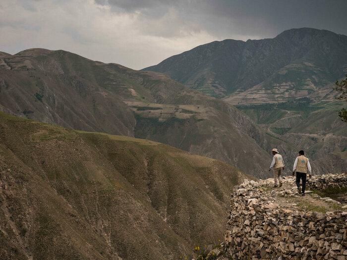 Två WFP-anställda går i bergen
