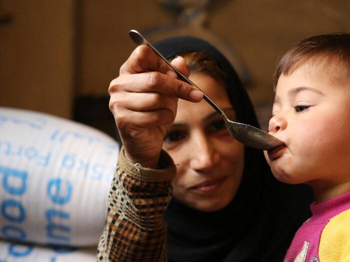 Syrisk mor ger sitt barn mat